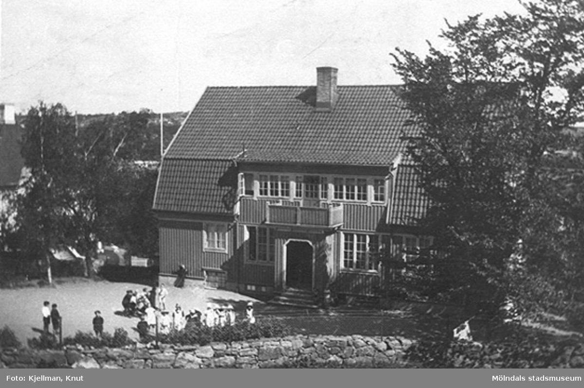 Holtermanska barnhemmet i Åby (Holtermansgatan 1) från väster, 1910-tal. Byggnaden brann 1914 och var den andra av skolbyggnaderna på denna tomt.
