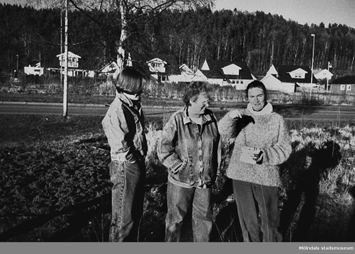 För närvarande använder ingen odlingslotterna, intresset går i vågor. Från vänster står Annika Persson, Anita Olsson och Anna-Maria Klang. Början av 1990-talet.