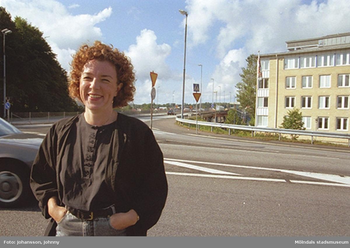 Ulla Hasselqvist vid Kvarnbygatan - Järnvägsgatan. I bakgrunden ses Mölndalsbro (viadukten).