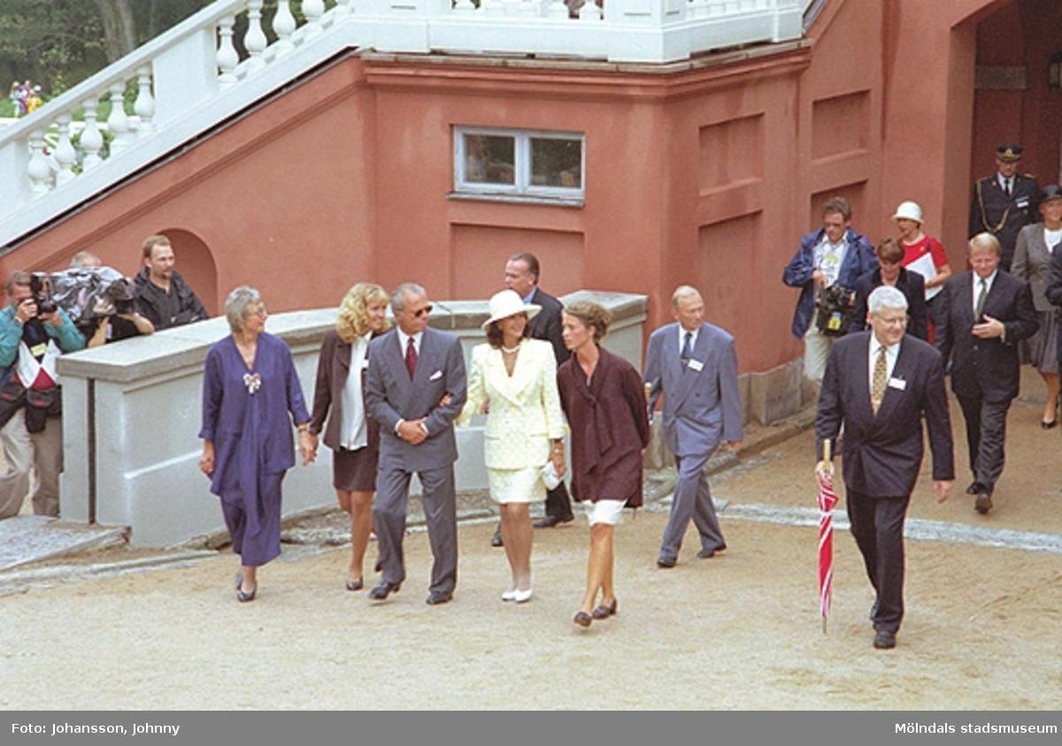 Från kungens och drottningens besök på Gunnebo. Från vänster Inger Erntsson (intendent på Gunnebo), Lena Vikström, kung Carl XVI Gustaf, drottning Silvia, Marika Irvine (trädgårdsmästare på Gunnebo), Tor Mattisson och Ralf Lorentsson (kommunalråd).
