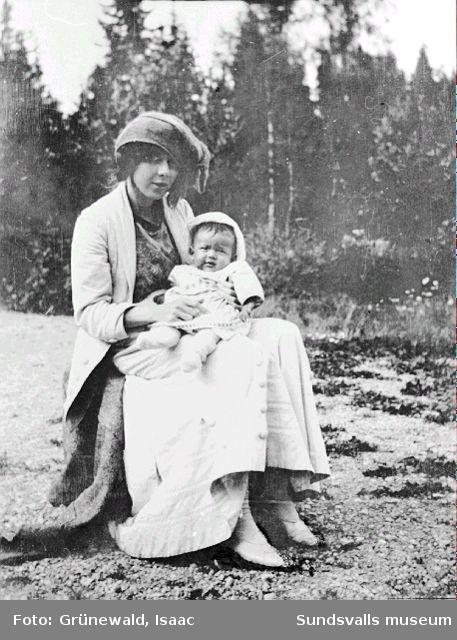 Sigrid Hjertén och sonen Iván Grünewald (f. 1911), sommaren 1912.