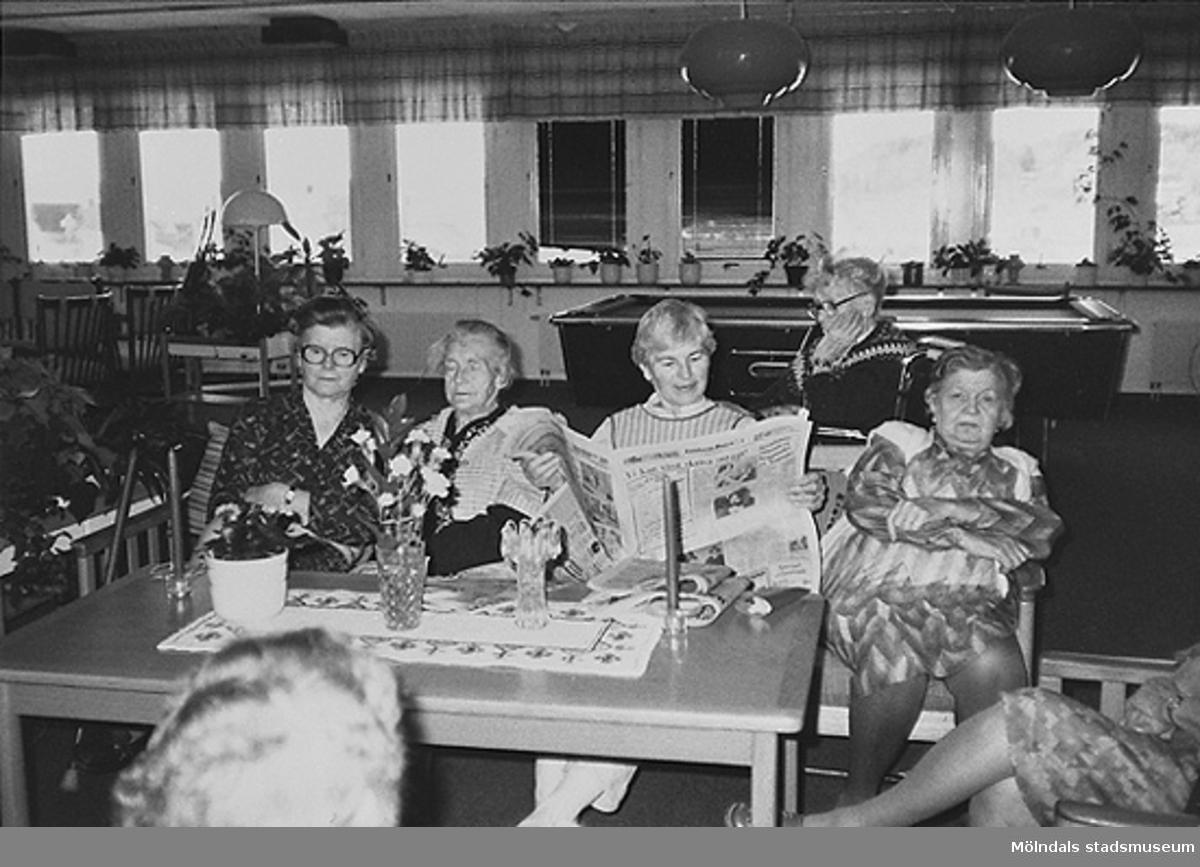En utav dem läser en tidning. Okänt årtal på ålderdomshemmet.