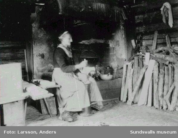 Troligen interiör från fäbod i Dalarna, fotograferat av någon av de fotograferande bröderna Finn Larsson