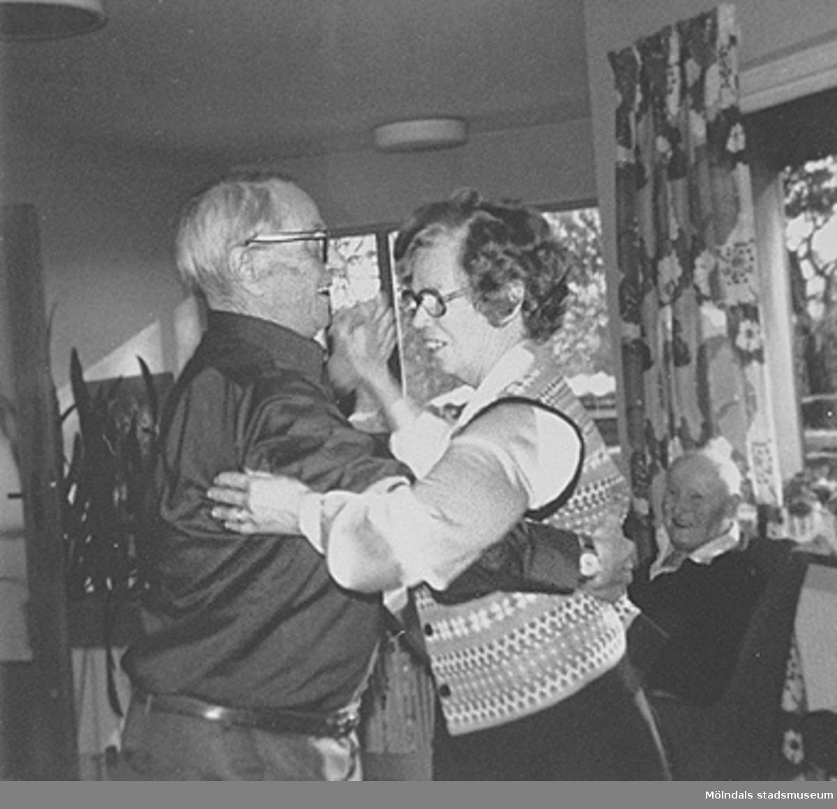 """Dans på Brattåshemmet, 1980-tal. Per Pettersson """"Knipan"""", Kållered dansar med politikern Alma Persson, Livered. I bakgrunden till höger ses Alfred Mattsson, Bölet."""