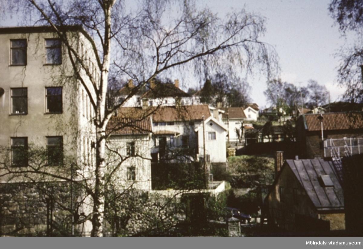 Vy från Kvarnbygatan 10 (andra sidan av forsen) mot Carlsbergs Spinneri (Lilla Götafors). Ursprunglig byggnad uppförd i två våningar 1857 och utbyggd 1870. Huset återinreddes 1949 efter en brand 1948.