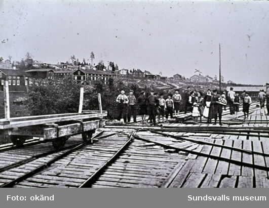 Brädgården vid Fagerviks sågverk. Högbana. Barn som samlat ved.