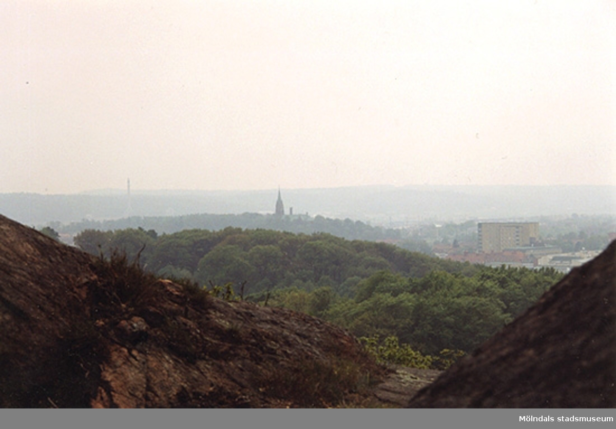 Utsikt från bergen ut över Mölndal. Fässbergs kyrka skymtar i bakgrunden.