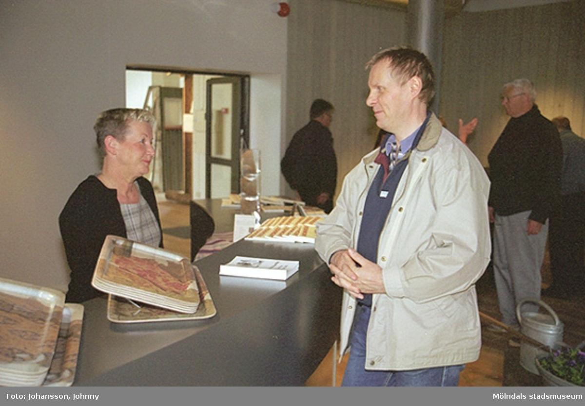 Butiksansvariga Pia Persson med besökare på Mölndals museum som ännu inte är klart. De står i den blivande receptionen på Kvarnbygatan 12.