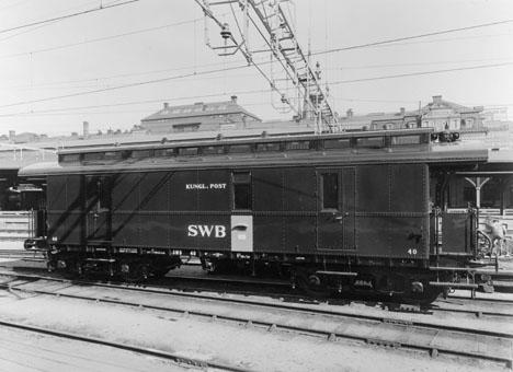Trafikerade först sträckan Stockholm-Tillberga-Ludvika-Malung med postkupé nr 273-299. Trafikerar nu (1961) sträckan Stockholm-Ludvika-Stockholm med postkupénr 273.