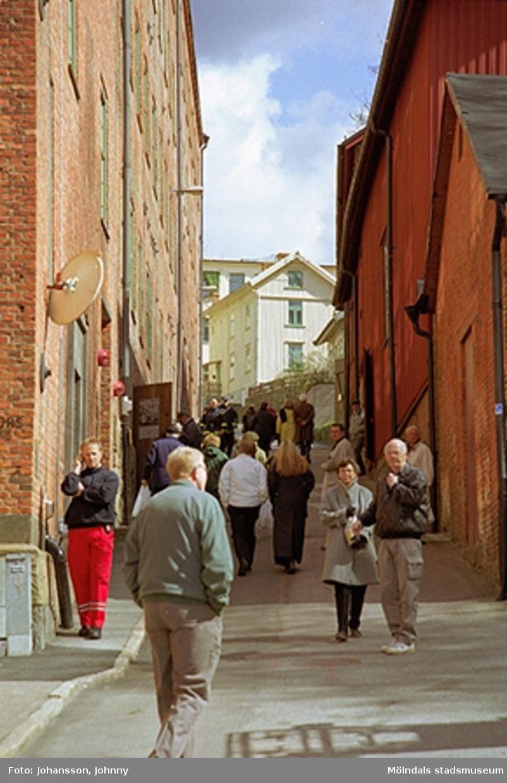 Besökare på Götaforsliden. Till vänster ses Stora Götafors och till höger ses Lantbruksmuseet.