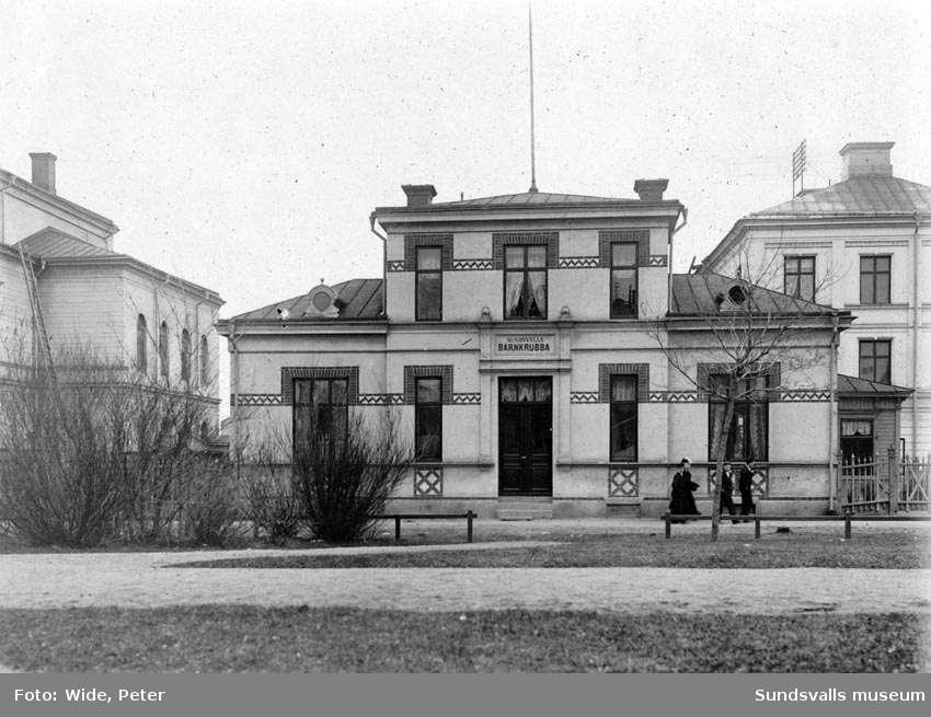 Barnkrubban i Sundsvall. Senare kallad Lillgården. Sundsvalls första barndaghem. Huset uppfört 1894.