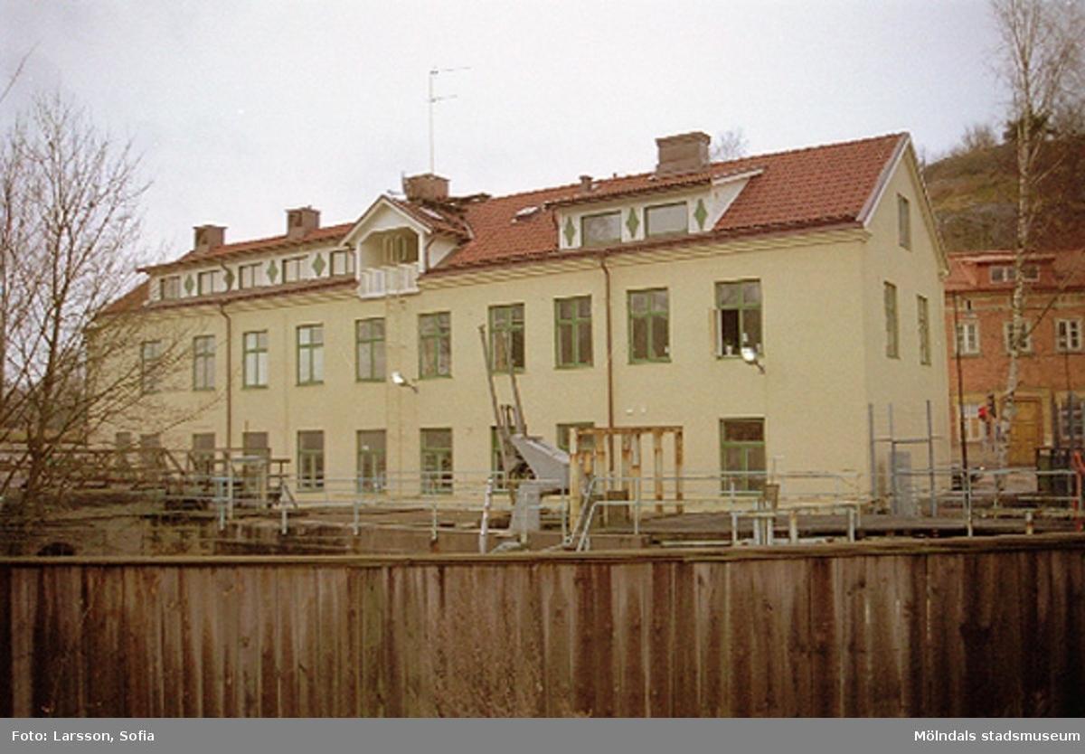 Baksidan av Byggnad 213 (Bankhuset) som ligger utefter Kvarnforsen. Byggnadens entré är Kvarnbygatan 4.