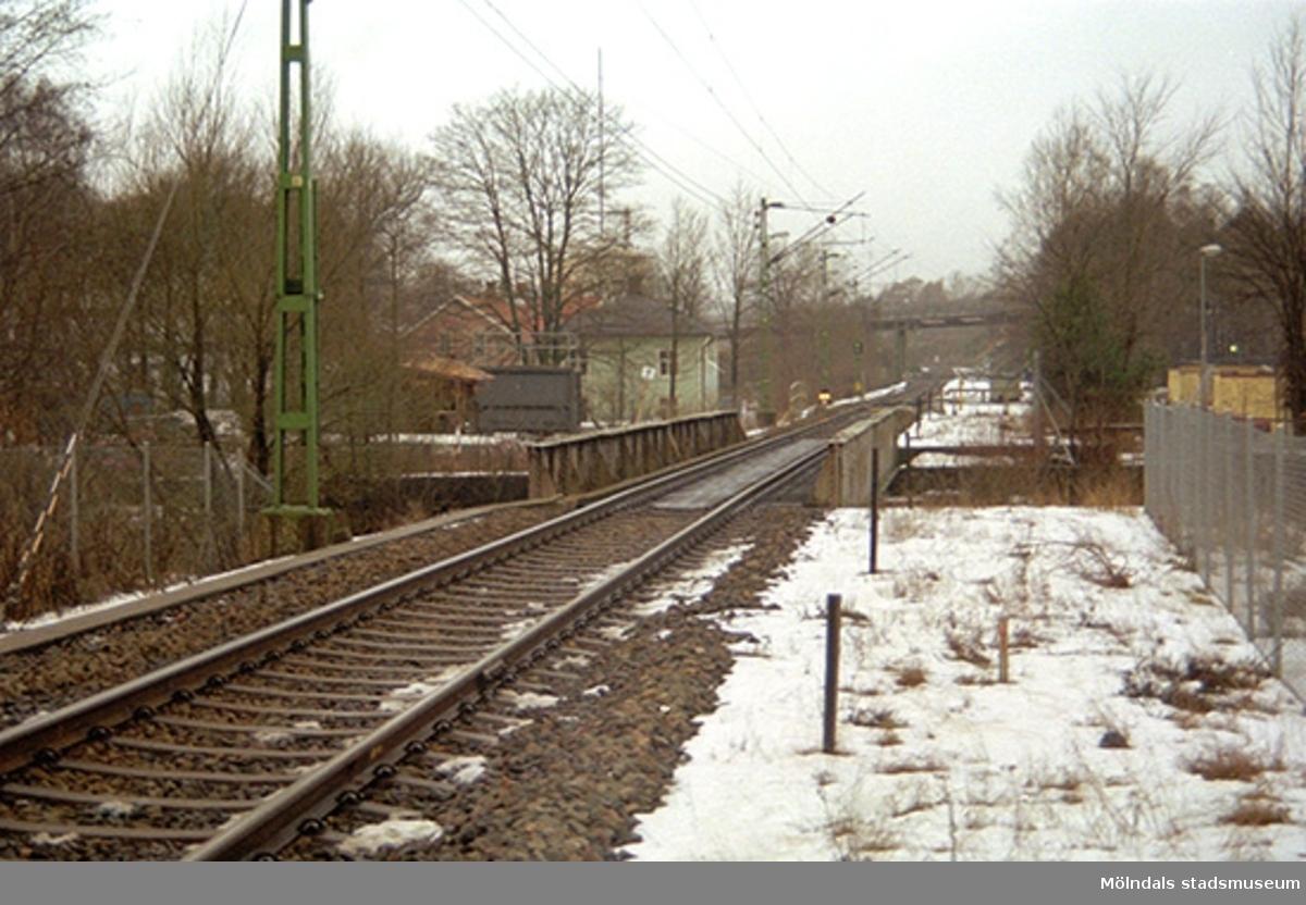 Till vänster, bakom växtlighet, skymtas Grevedämmets skola. Oktober 1998 - januari 1999.