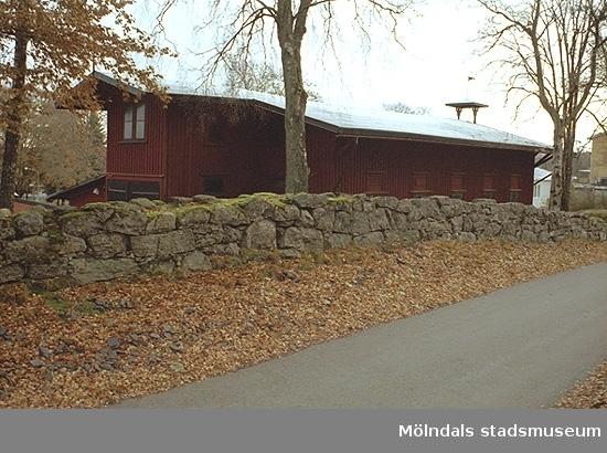 Magasinsbyggnad tillhörande Streteredshemmet, bakom den gamla stenmuren från Mellgrens tid.