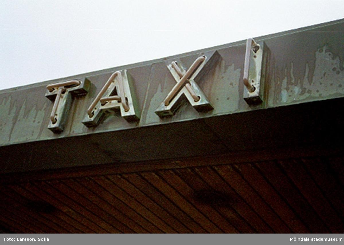 Närbild av TAXI som sitter på takblecket. Dokumentation av taxistation.