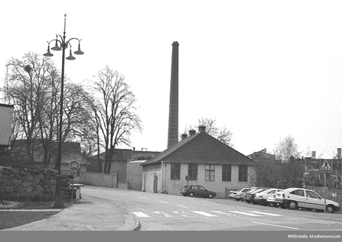 Kvarnbydagen 25 april 1993. Papyrus gymnastiksal (Byggnad 217) på Norra Forsåkersgatan 2 B. Papyrusskorstenen ses i bakgrunden. Vy från nya lyktplatsen i Kvarnbyn, som invigdes samma dag.