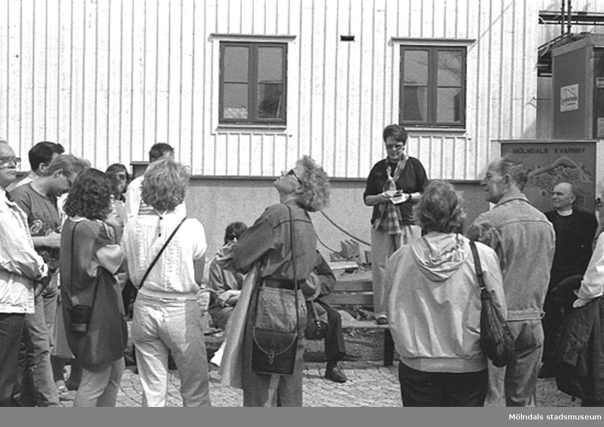 Folksamling vid Lyktplatsen i Kvarnbyn. Gatlyktan invigdes på Kvarnbydagen.
