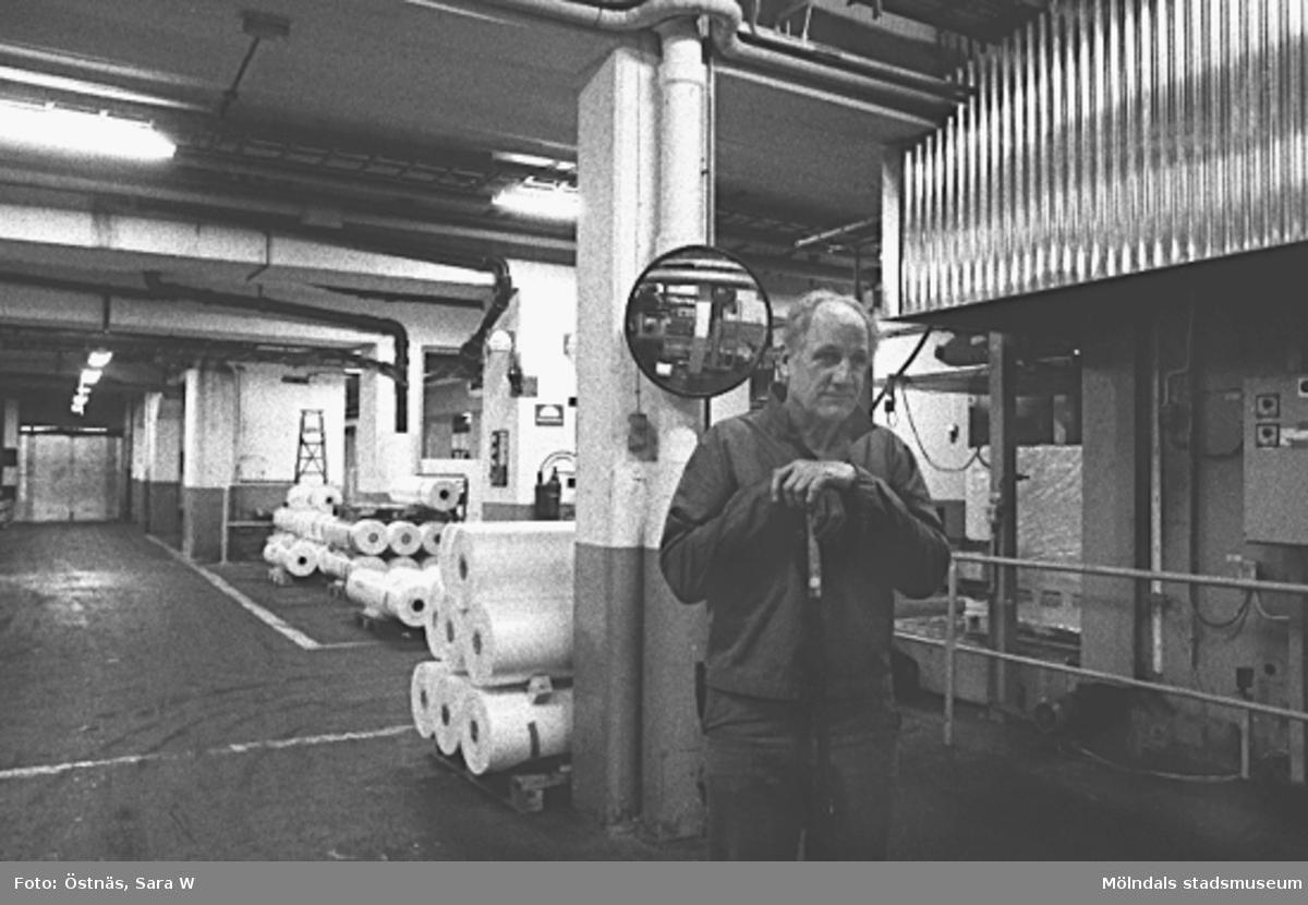 Paus för fotografering. Arne Larsson. Byggnad 6. Bilden ingår i serie från produktion och interiör på pappersindustrin Papyrus.