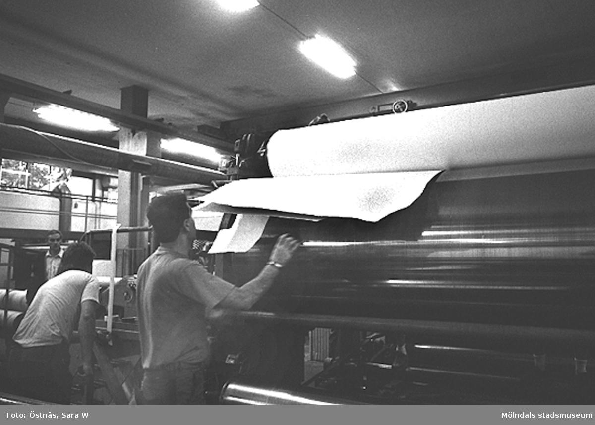 Två män vid pappersmaskiner.Bilden ingår i serie från produktion och interiör på pappersindustrin Papyrus.