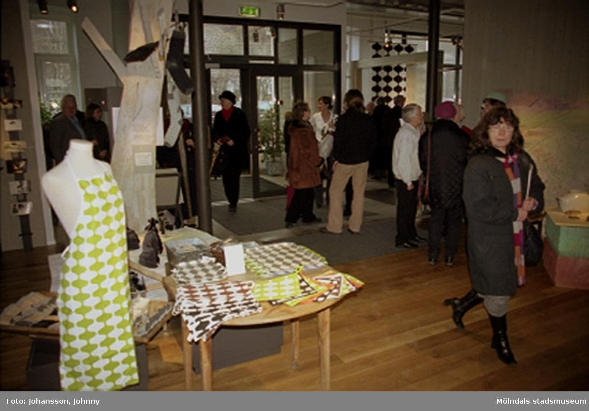 Invigning av Konstutställningen Glas & Textil på Mölndals museum, den 17:e jan. 2004.Konstutställningen Glas & Textil pågick mellan 17 januari - 22 februari 2004 på Mölndals museum.