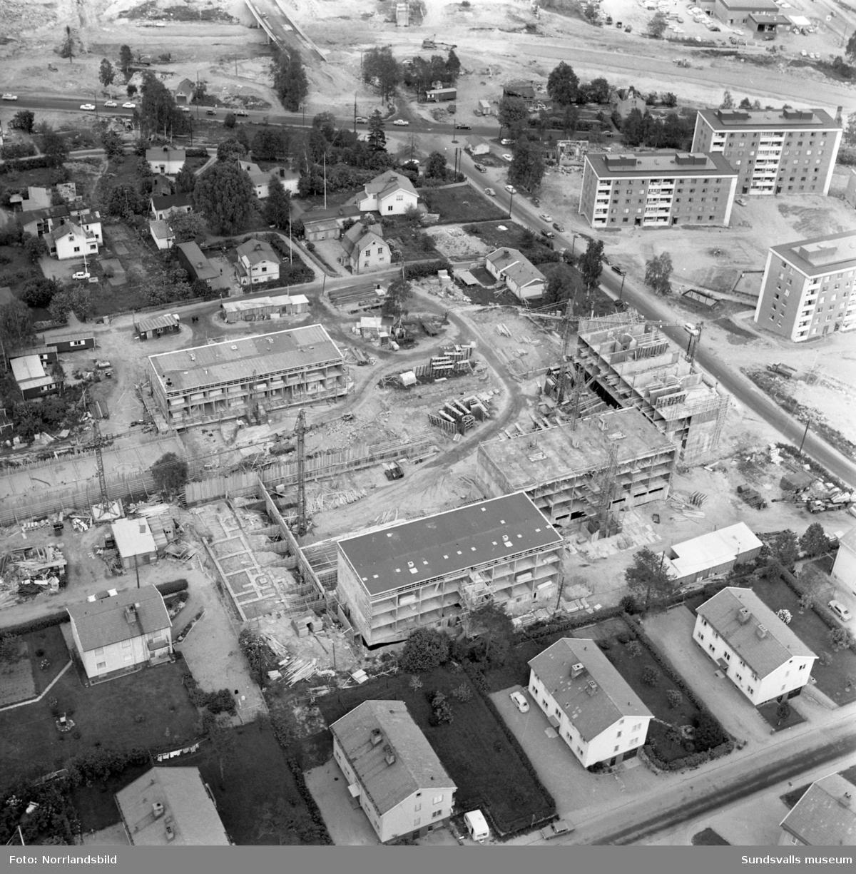 Flygbilder över Skönsberg, Haga, Norrmalm. Byggnation av hyreshusområde vid Riddargatan. Basgränd, Trafikgatan.