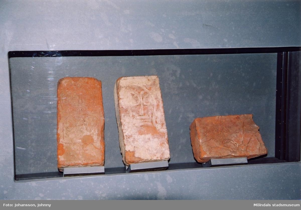 """Fotografi som visar utställningen """"Alltså finns jag"""" på Mölndals museum, år 2003. Tegelstenar.  Utställningen """"Alltså finns jag"""" ...en utställning om graffitikultur på Mölndals Museum, Kvarnbygatan 12, Mölndal, pågick från 25 januari till 25 maj 2003. """"Alltså finns jag"""" var ett samarbete mellan Mölndals museum, Vitlycke museum, Bohusläns museum, Västergötlands museum och Konstkonsulenterna i Västra Götalandsregionen."""