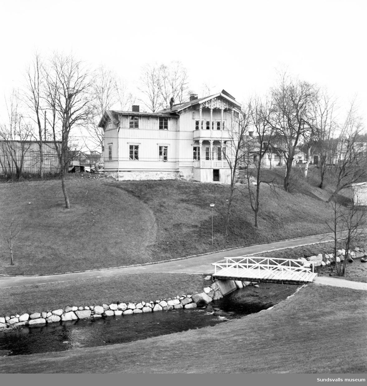 Rivningsarbetet pågår på Villa Fagerdal, disponentbostaden invid Fagerdalsbäcken.