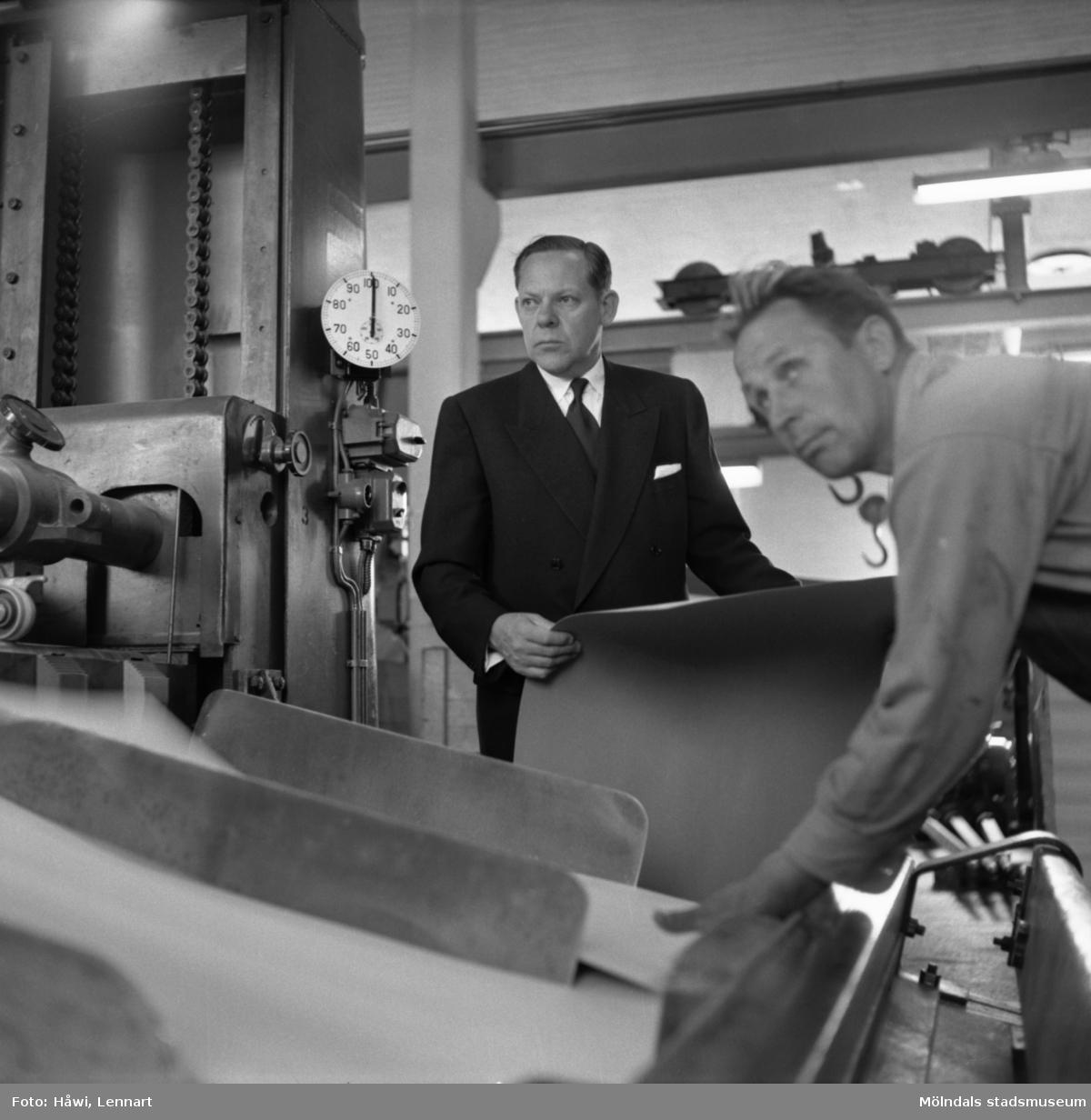 Disponent Hans Hulthén samt arbetare på Papyrus i Mölndal, 15/6 1955.