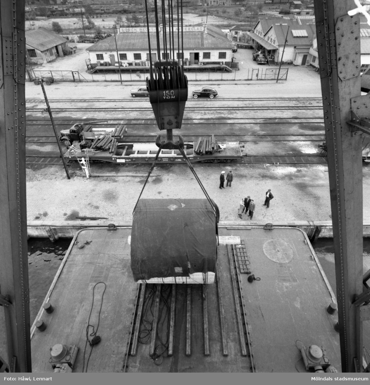 Transport av Papyrus PM2 yankeecylinder. Cylindern fraktas med flytande lyftkran i Göteborgs hamn, 2/6 1956.