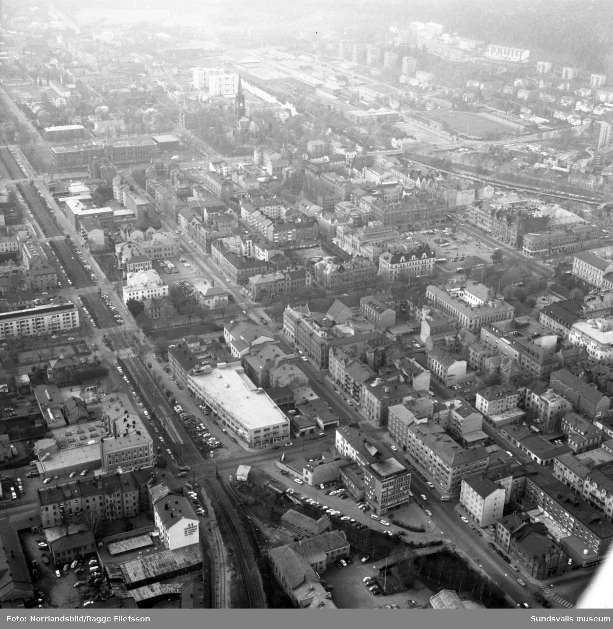 Flygfoton över Stenstaden med Philipssons bil i centrum. Köpmangatan, Nybrogatan, järnvägen.
