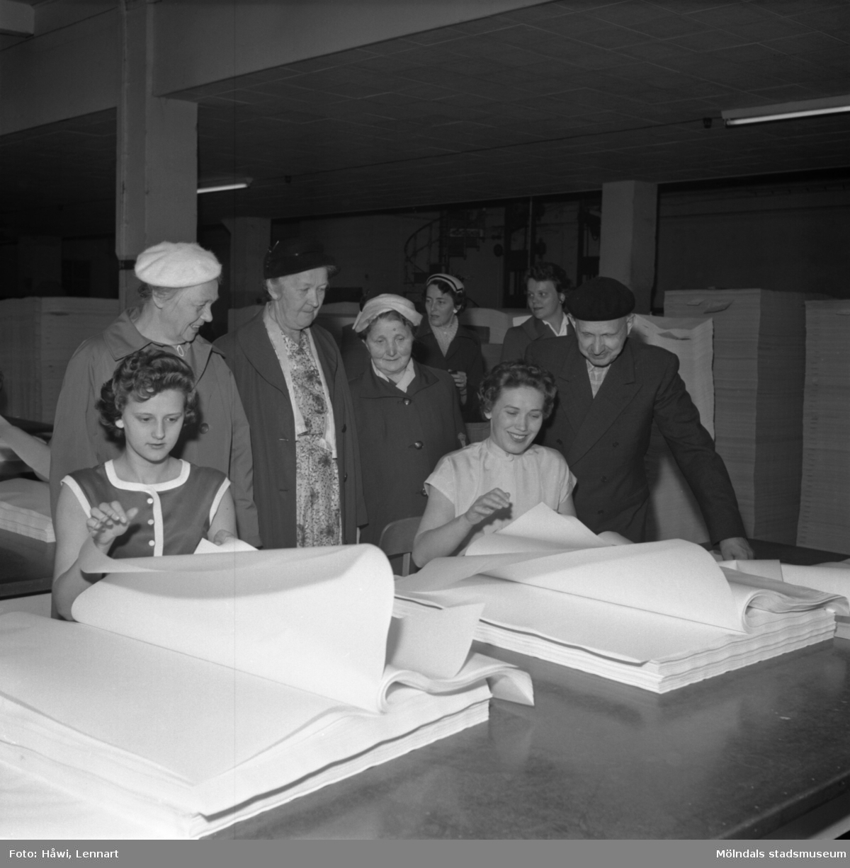 Fabriksvisning för Papyrus anställdas anhöriga. Papyrus i Mölndal, 28/5 1957. papperssortering.
