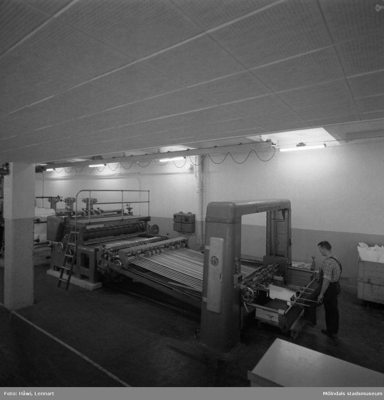 Man i arbete vid klipp nr 13 på Papyrus i Mölndal, 14/8 1961.