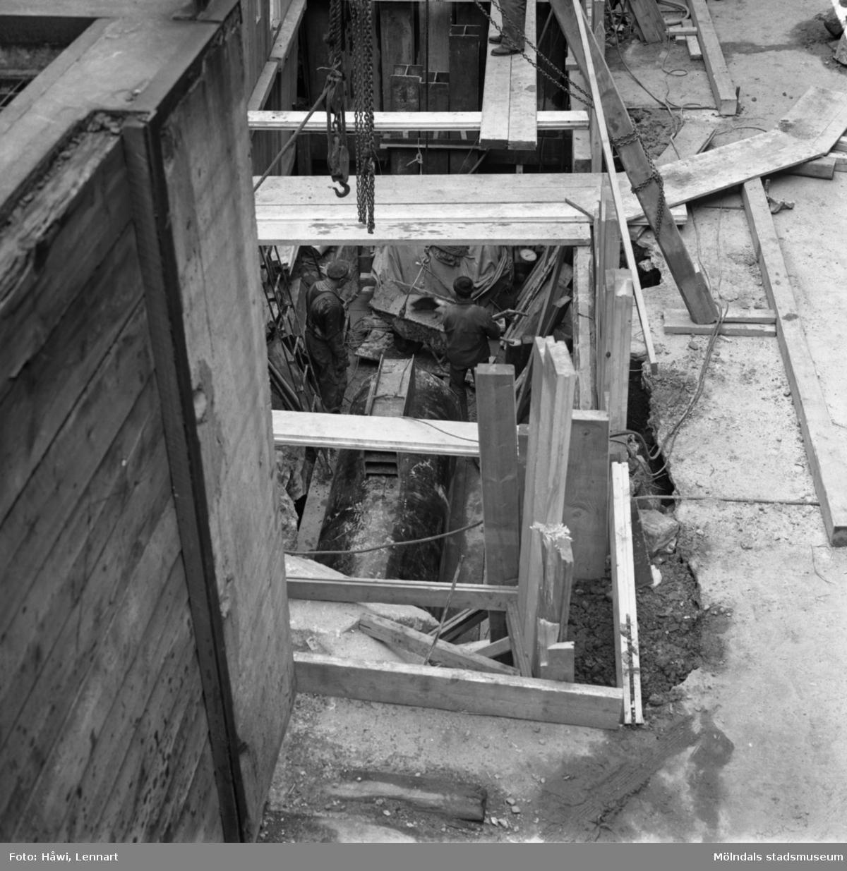 Män i arbete vid avloppskanal till PM5N på Papyrus i Mölndal, 14/4 1964.