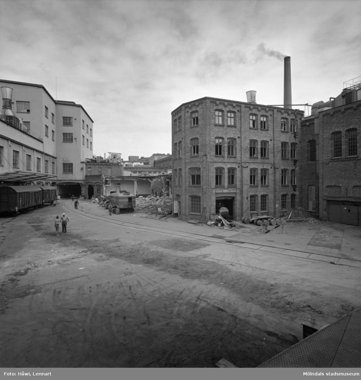 Rivning av byggnad nr 9, 10 och 11 på Papyrus i Mölndal, 10/6 1964.
