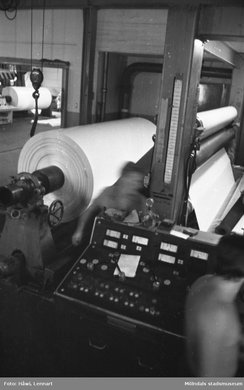Män i arbete vid rullmaskin 5 på Papyrus i Mölndal, hösten 1970. Maskinen rullar ner en tambour till smårullar.