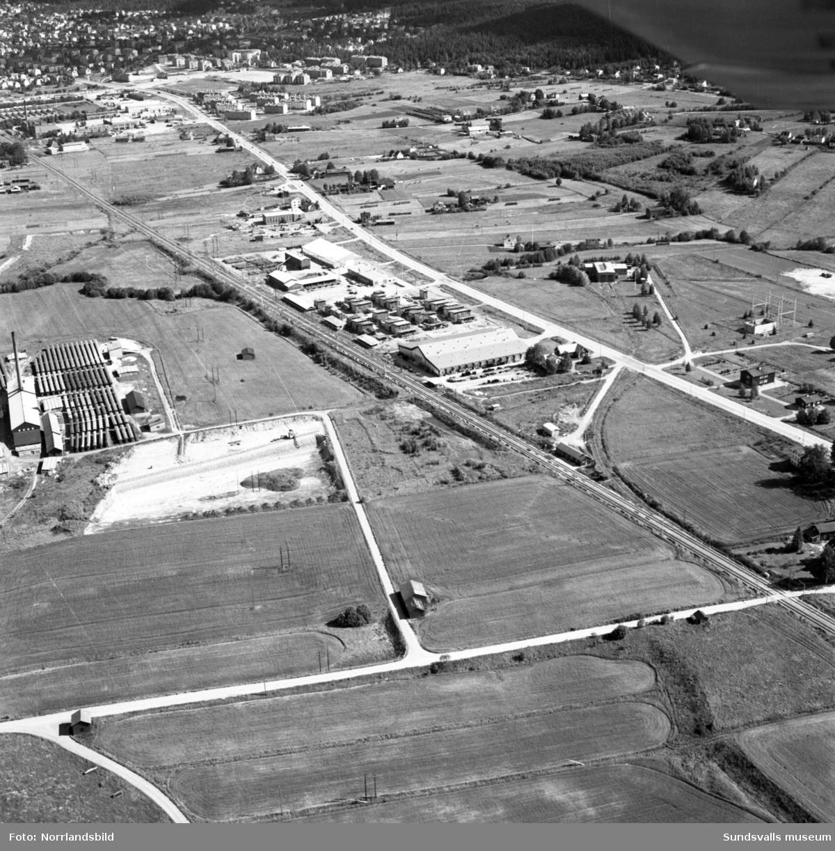 Flygfoto över Nacksta industriområde med tegelbruk och brädgård. Fotograferat in mot stan.