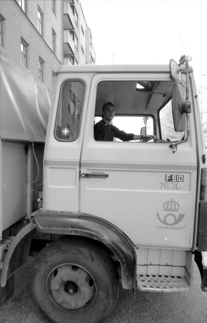 Bilder från en intervju med Anders Karlsson - gruppledare för 11 stycken chaufförer inom Norra Åkeriet, Tomteboda. Intervjun utförd av Kurt Hedman Postmuseum. Bilderna från en tur med lastbil och i chaufförernas rum på Tomteboda.