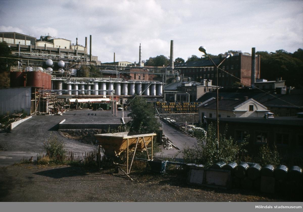 """SOAB:s fabriksbyggnader vid """"Kråkan"""", Kvarnbygatan, i Mölndal, 1970-tal. Till höger skymtas även Götiska förbundets skola samt i bakgrunden Stora Götafors."""