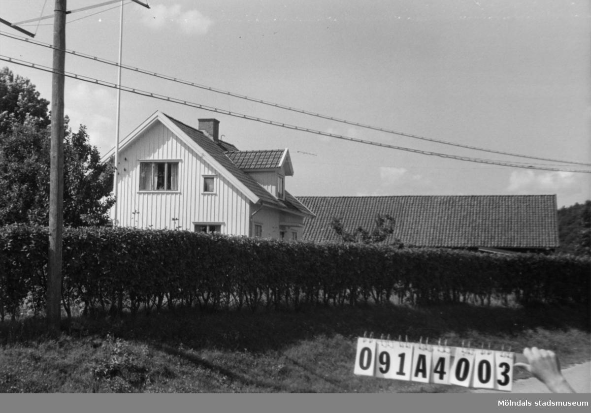 Byggnadsinventering i Lindome 1968. Hällesåker 2:3. Hus nr: 091A4003. Benämning: permanent bostad och ladugård. Kvalitet: god. Material: trä. Tillfartsväg: framkomlig.