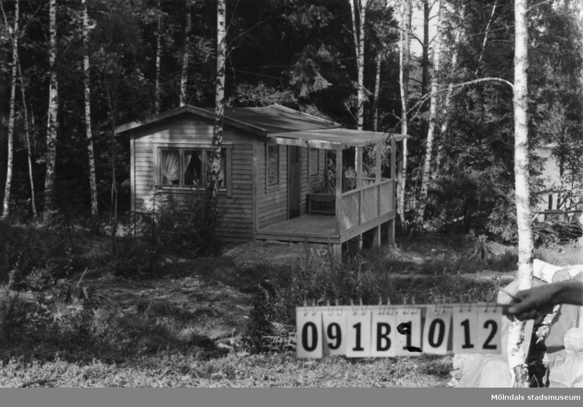 Byggnadsinventering i Lindome 1968. Greggered 3:13. Hus nr: 091B2012. Benämning: fritidshus. Kvalitet: mycket god. Material: trä. Övrigt: t. 091B2013 Tillfartsväg: framkomlig. Renhållning: soptömning.