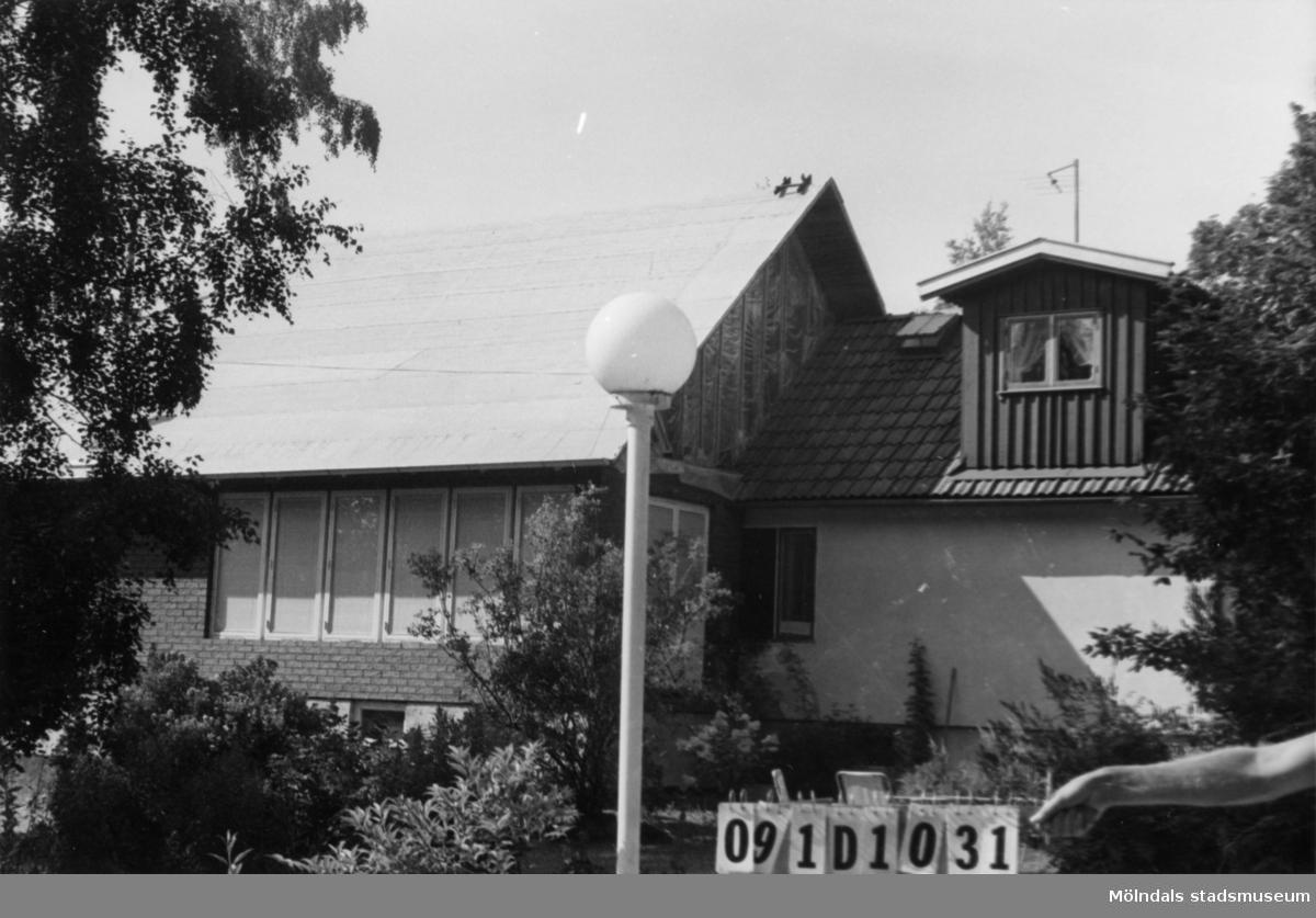 Byggnadsinventering i Lindome 1968. Ranered 1:45. Hus nr: 091D1031. Benämning: permanent bostad och garage. Kvalitet, bostadhus: mycket god. Kvalitet, garage: god. Material, bostadshus: rött tegel, puts och trä. Material, garage: trä. Tillfartsväg: framkomlig. Renhållning: soptömning.