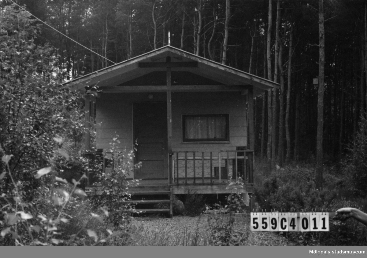 Byggnadsinventering i Lindome 1968. Gastorp 2:120. Hus nr: 559C4011. Benämning: fritidshus och redskapsbod. Kvalitet: mindre god. Material: eternit. Tillfartsväg: ej framkomlig.