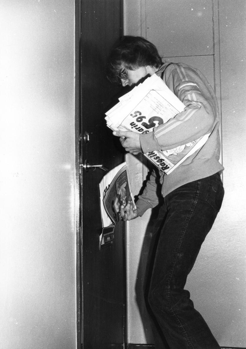 Brevbäraren Mats Pettersson delar ut politisk valpropaganda och reklam i samband med riksdagsvalet 1982.