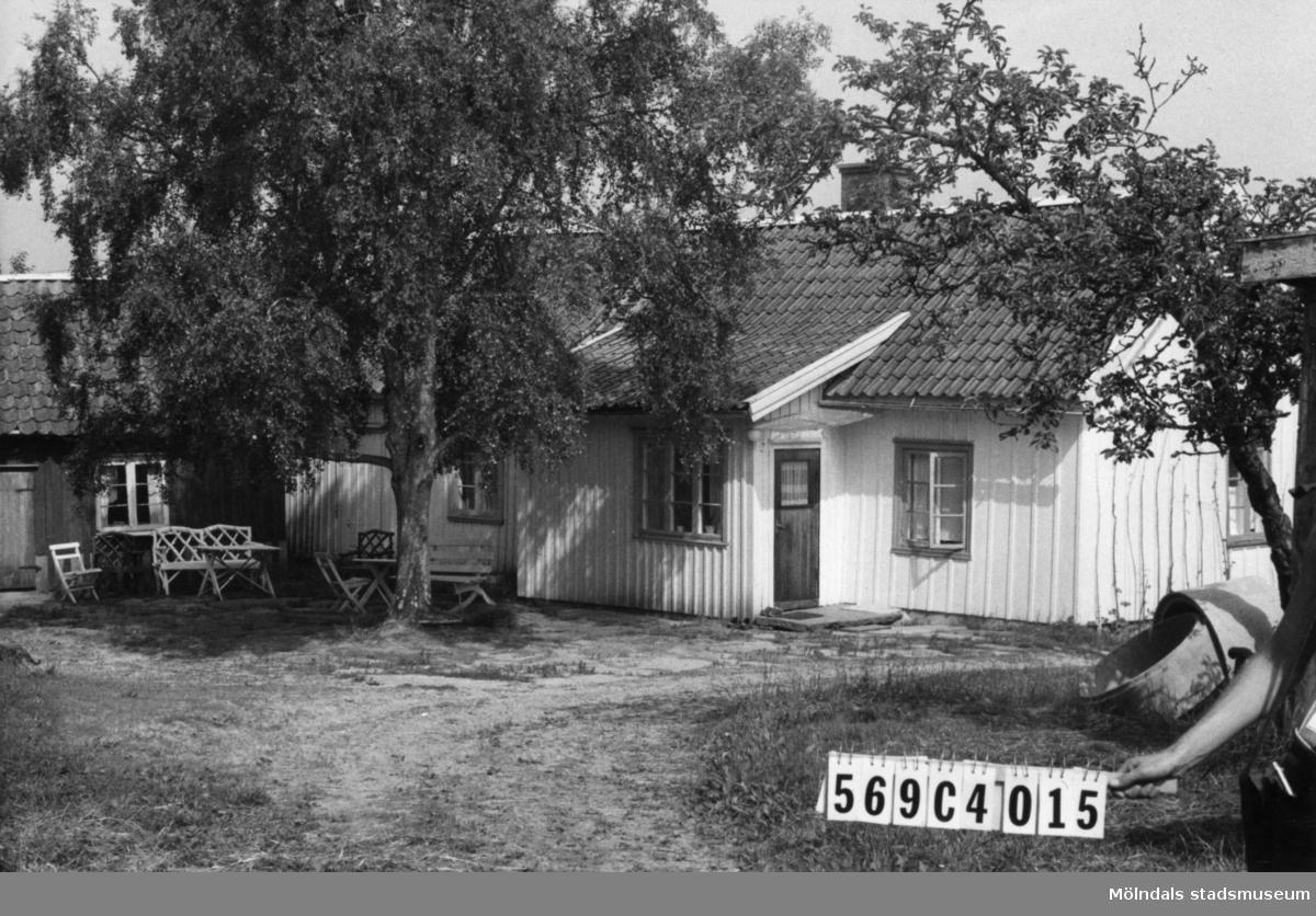 Byggnadsinventering i Lindome 1968. Berget 1:32. Hus nr: 569C4015. Benämning: permanent bostad, ladugård och redskapsbod. Kvalitet, bostadshus och ladugård: god. Kvalitet, redskapsbod: mindre god. Material: trä. Tillfartsväg: framkomlig. Renhållning: soptömning.
