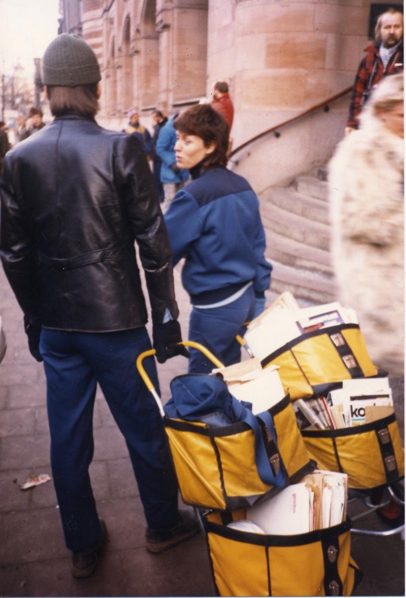 Brevbärare med fullpackade postkärror utanför Postkontoret Stockholm 1, Vasagatan, 1986.