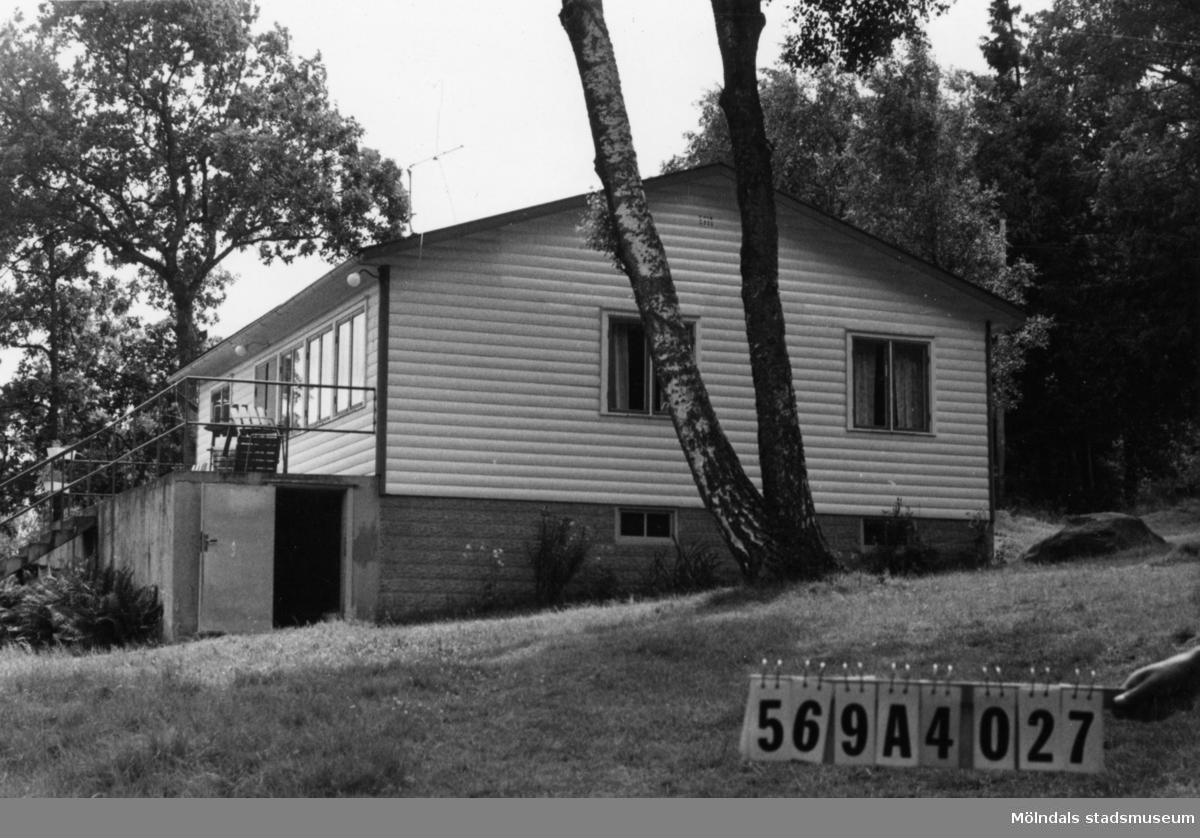 Byggnadsinventering i Lindome 1968. Skäggered 5:1. Hus nr: 569A4027. Samlingssalen för stiftelsen. Benämning: fritidshus och redskapsbod. Kvalitet: god. Material: trä. Tillfartsväg: framkomlig. Renhållning: soptömning.