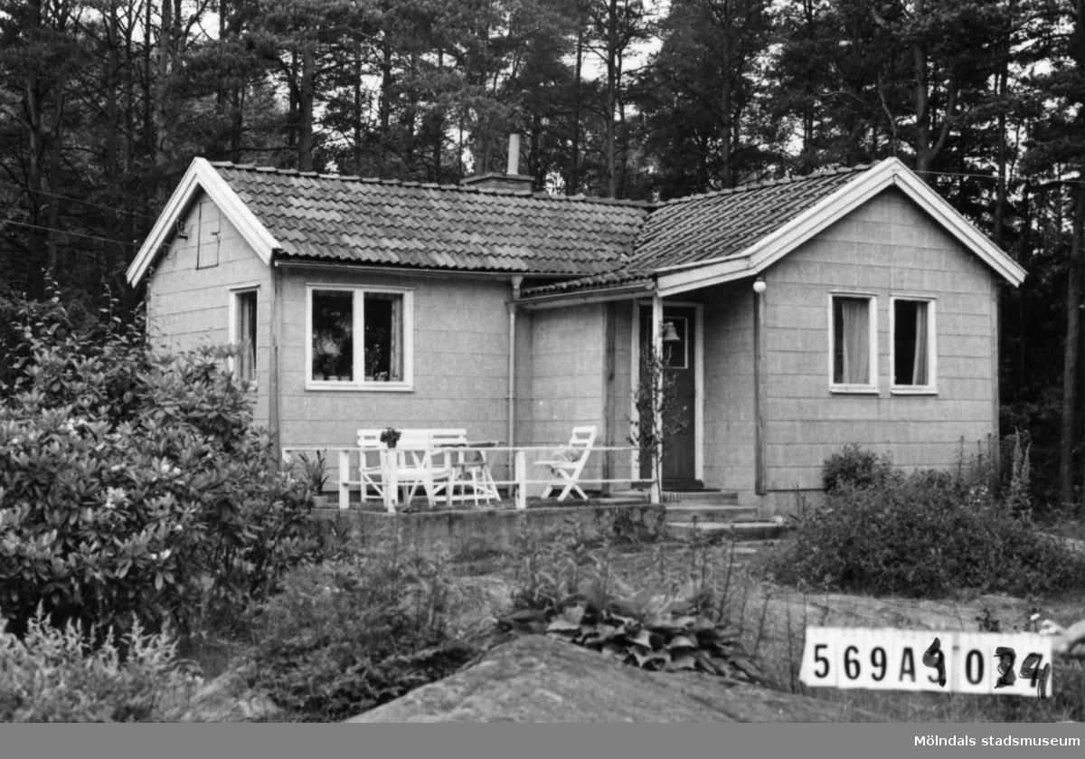 Byggnadsinventering i Lindome 1968. Skäggered 3:39. Hus nr: 569A4034. Benämning: fritidshus och redskapsbod. Kvalitet, fritidshus: god. Kvalitet, redskapsbod: mindre god. Material, fritidshus: eternit. Material, redskapsbod: trä. Tillfartsväg: framkomlig.