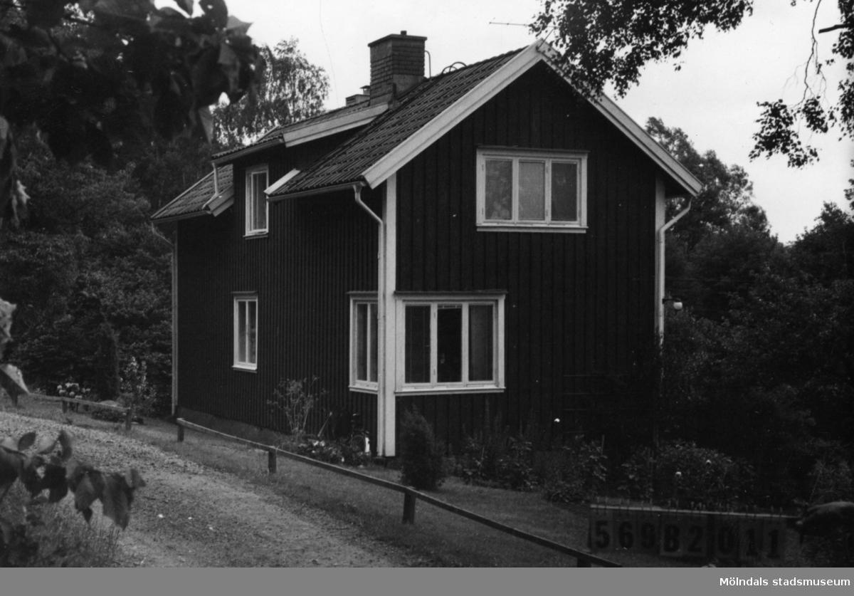 Byggnadsinventering i Lindome 1968. Gastorp 3:4. Hus nr: 569B2011. Benämning: permanent bostad. Kvalitet: god. Material: trä. Tillfartsväg: framkomlig. Renhållning: soptömning.