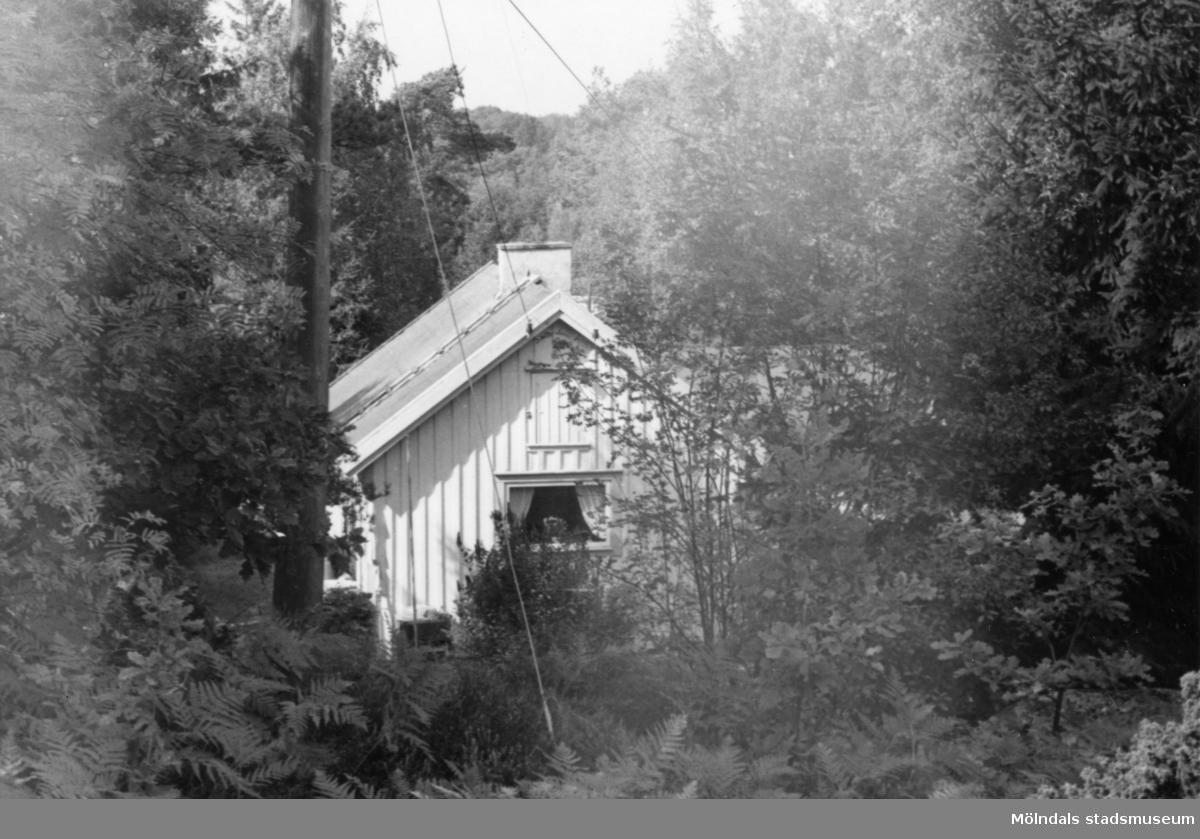 Byggnadsinventering i Lindome 1968. Annestorp 5:45. Hus nr: 570C1012. Benämning: fritidshus, gäststuga och redskapsbod. Kvalitet, fritidshus och gäststuga: god. Kvalitet, redskapsbod: mindre god. Material: trä. Tillfartsväg: framkomlig. Renhållning: soptömning.
