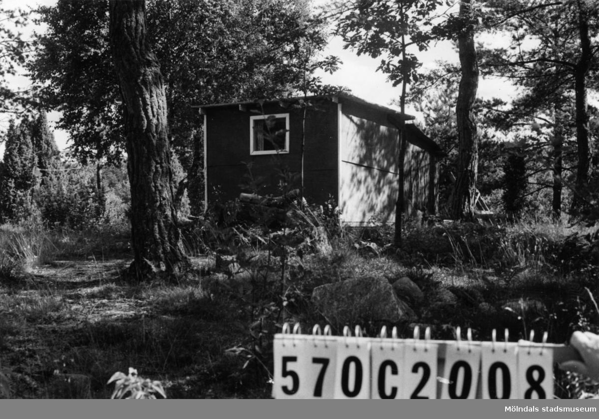 Byggnadsinventering i Lindome 1968. Dvärred 2:83. Hus nr: 570C2008. Benämning: redskapsbod. Kvalitet: god. Material: trä. Tillfartsväg: framkomlig.